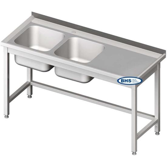 Metallist riiuliteta kahe valamuga lauad